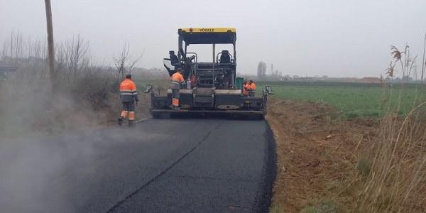 Treballs d'asfaltatge del camí de les Roquetes
